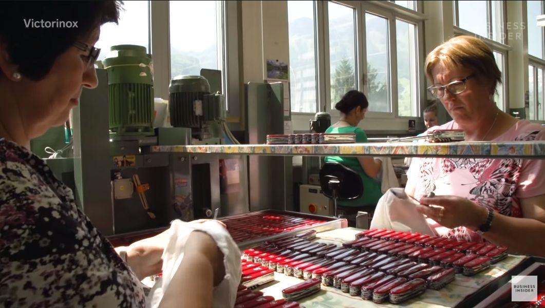 Jokainen veitsi tarkastetaan ja pohdistetaan huolella ennen paketointia